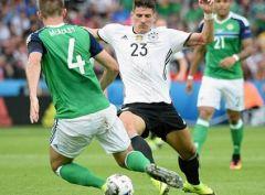 Северная Ирландия проигрывает немцам, но выходит в плей-офф