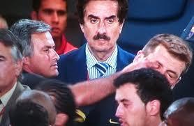 Моуриньо ткнул пальцем в глаз тренеру Барселоны