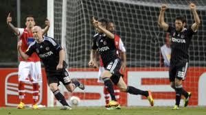Бешикташ забивает мяч в ворота Браги