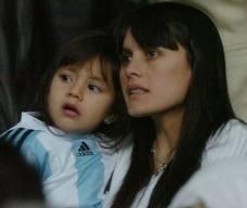 Жена Тевеса с младшей дочерью