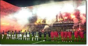 Огни на матче Фенербахче - Галатасарай